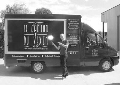 Thibault devant son food truck Le Camion du Vexin